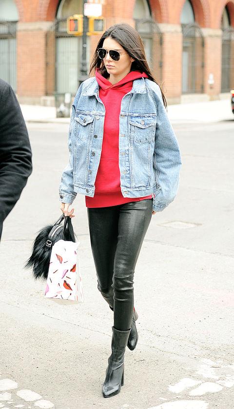 Кендалл Дженнер в кожаных штанах, красная толстовка, джинсова куртка
