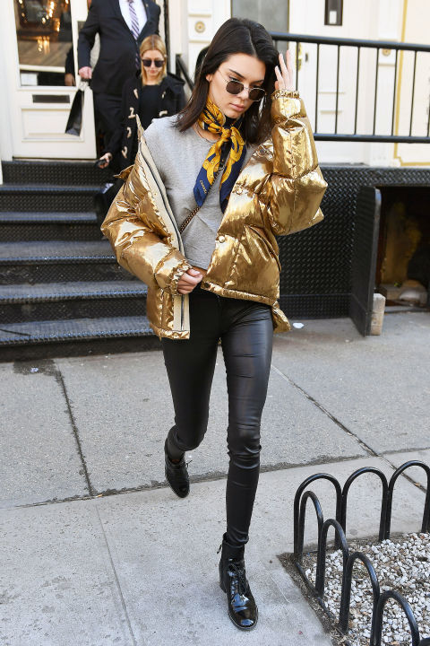 Кендалл Дженнер в кожаных штанах, свитшот и золотой пуховик