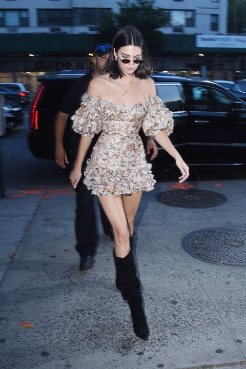 Кендалл Дженнер в мини платье с рюшами и черные сапоги