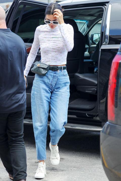 Кендалл Дженнер в мом джинсах, серая водолазка