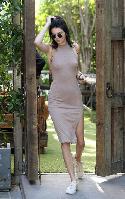 Кендалл Дженнер в облегающем платье цвета нюд, светлые кеды