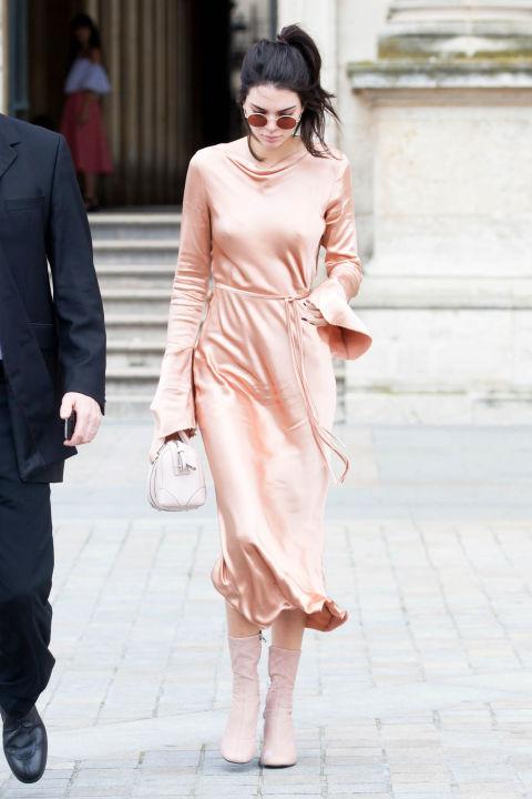 Кендалл Дженнер в платье персокового цвета с длинными рукавами и полусапоги