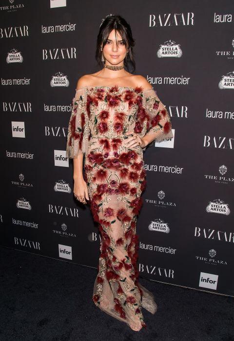 Кендалл Дженнер в романтичном платье с цветочным принтом и открытыми плечами