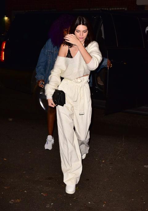 Кендалл Дженнер в светлых широких брюках, укороченный свитшот на одно плечо