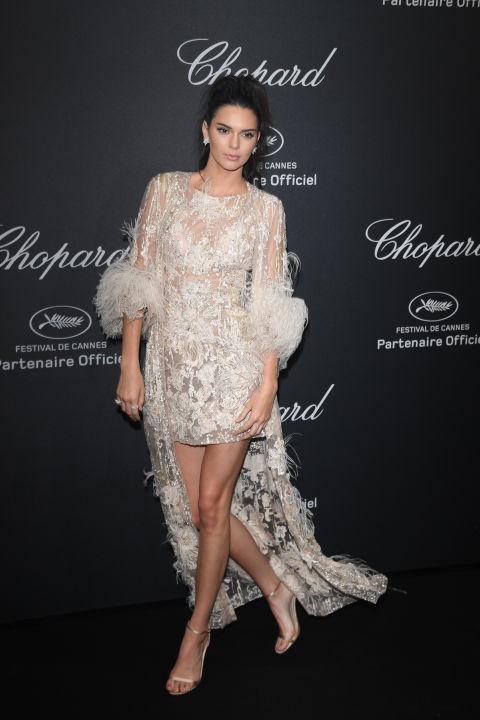 Кендалл Дженнер в вечернем платье, полупрозрачная накидка и босоножки