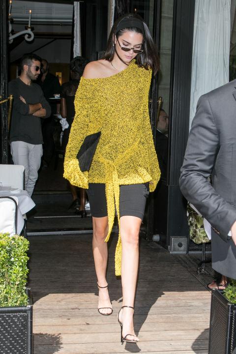 Кендалл Дженнер в желтом свитшоте и черной юбке