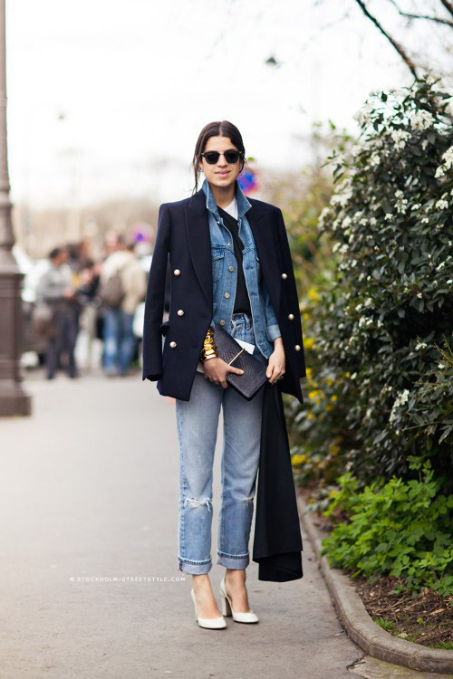 Леандра Медин в рваных джинсах, джинсовке и белых лодочках