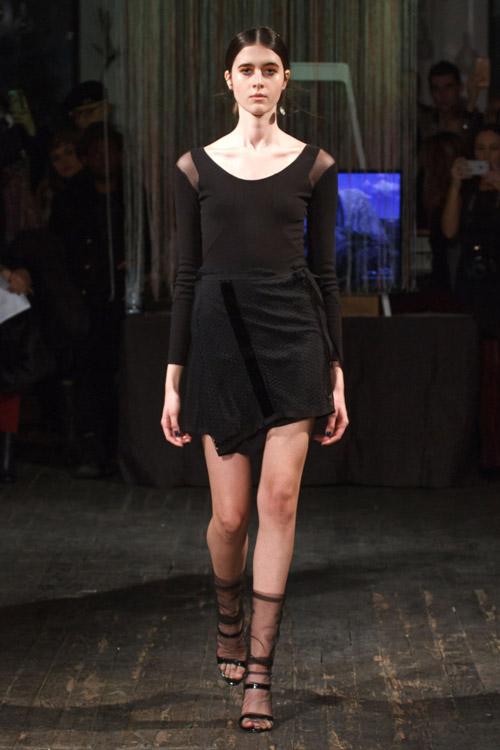 Модель-в-черной-мини-юбке-с-запахом-от-Katie-Gallagher