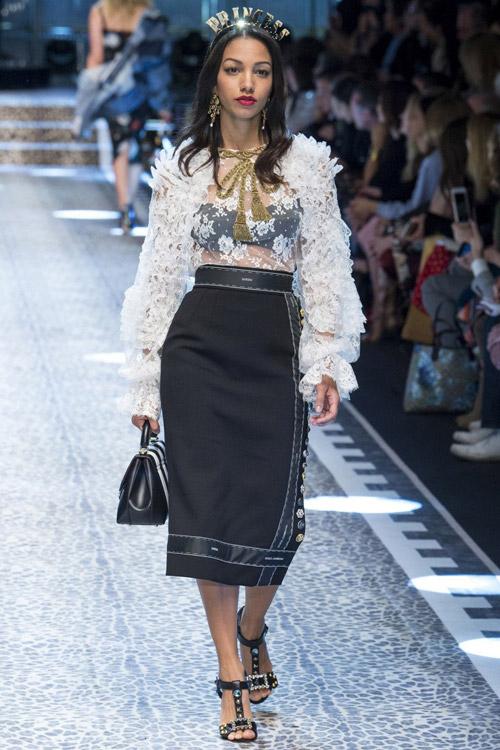 Модель-в-черной-юбке-с-запахом-от-Dolce-&-Gabbana