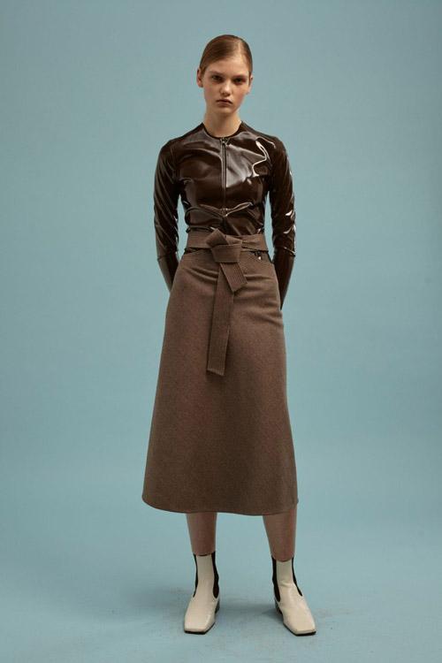 Модель-в-коричневой-юбке-колокол-от-Kalmanovich