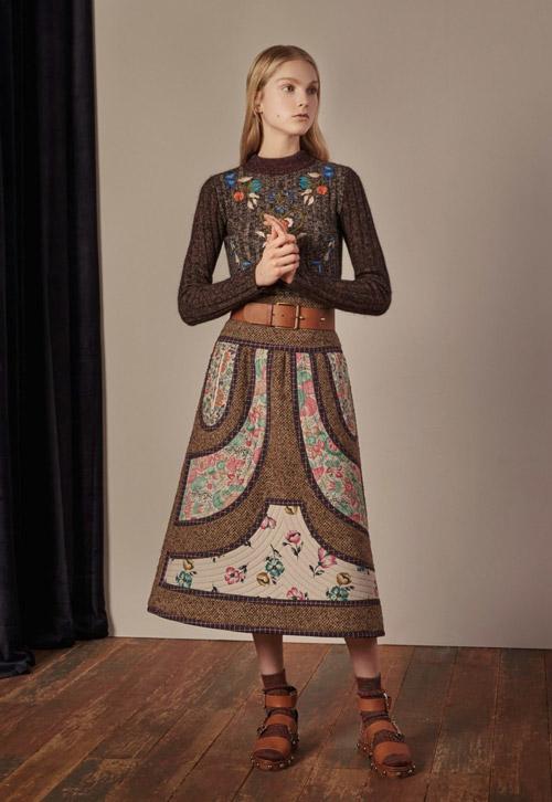 Модель-в-коричневой-юбке-колокол-с-цветочным-принтом-от-Red-Valentino
