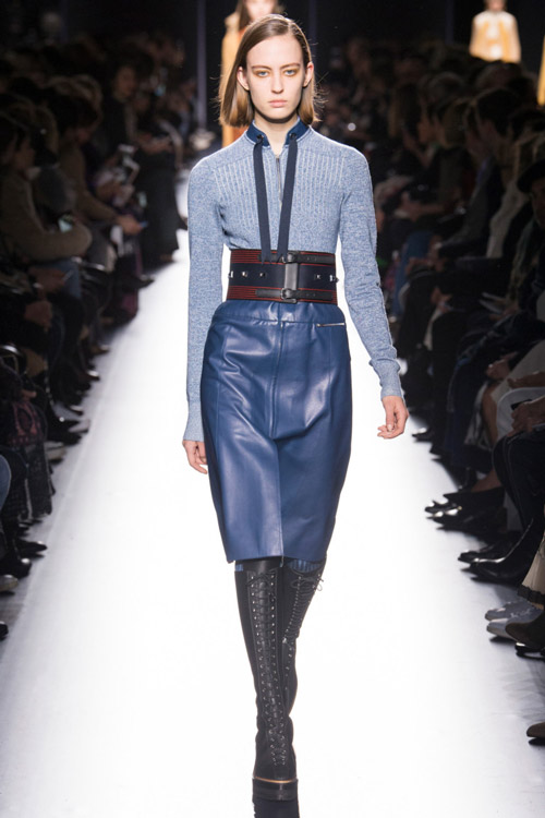 Модель-в-кожаной-синей-юбке-карандаш-от-Hermès