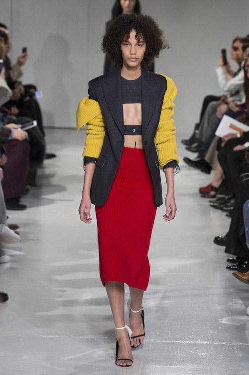 Модель-в-красной-длинной-юбке-карандаш-от-Calvin-Klein