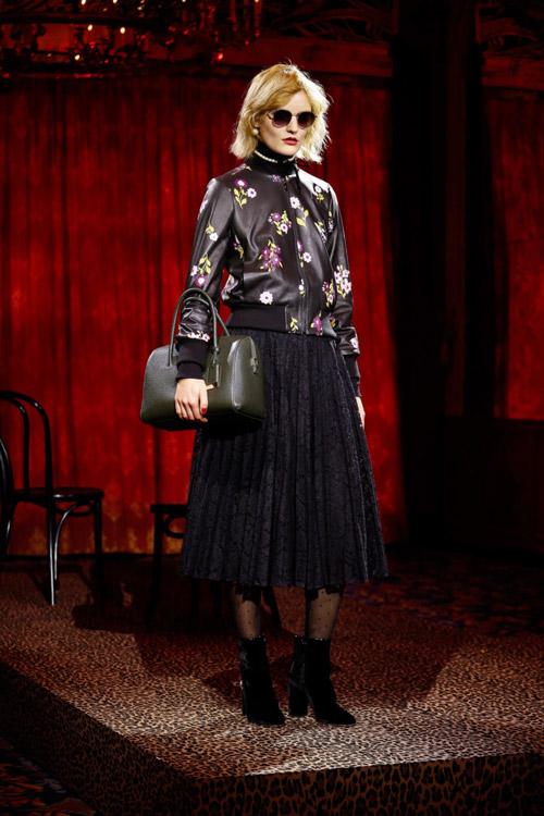 Модель-в-плиссированной-юбке-и-кожаной-куртке-от-Kate-Spade