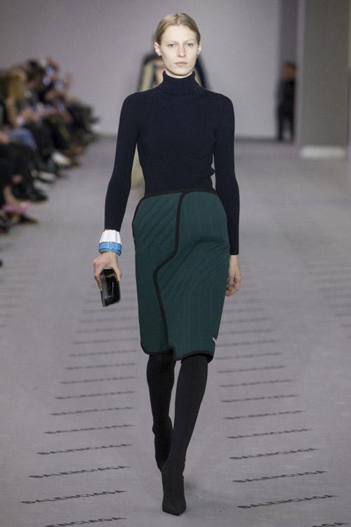 Модель-в-зеленой-юбке-с-запахом-от-Balenciaga