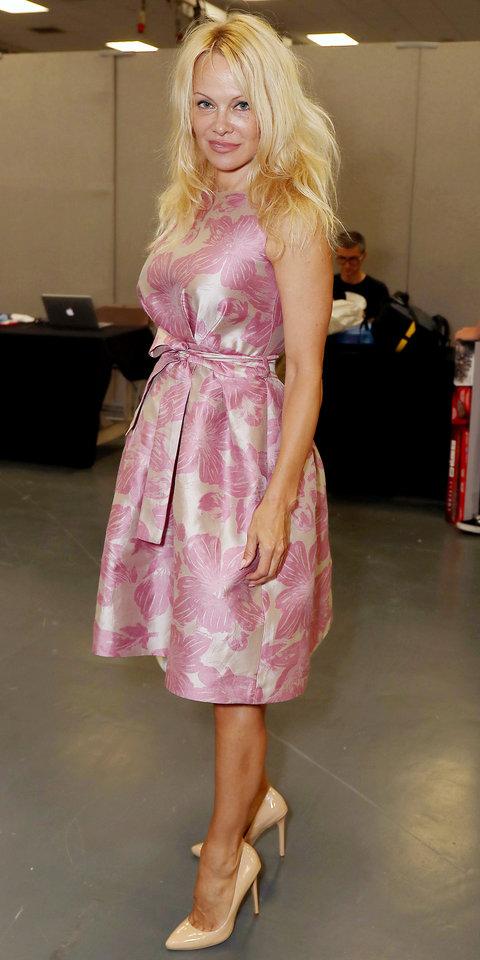 Памела Андерсон в нежном розовом платье и бежевых туфлях