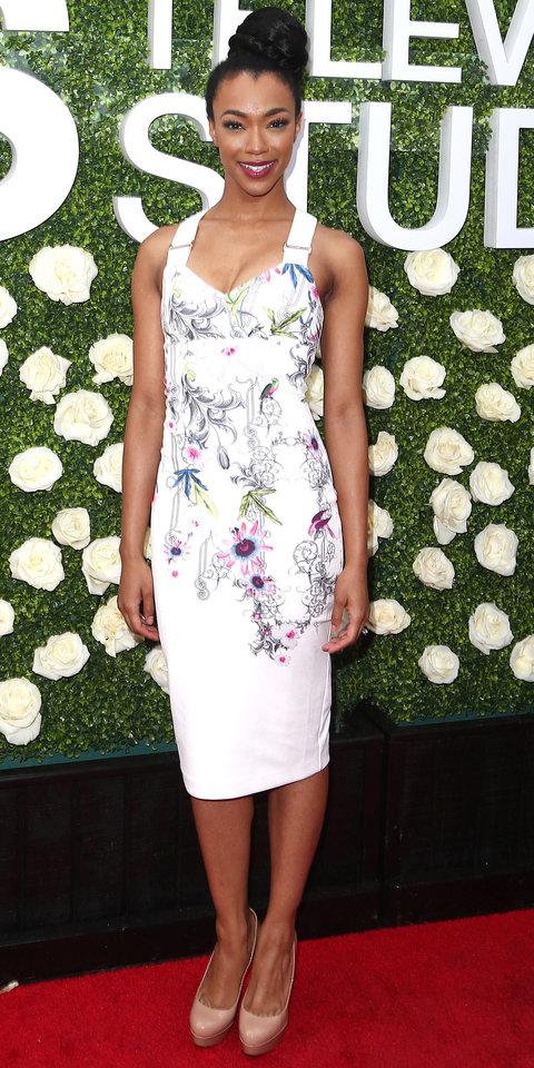 Соникуа Мартин-Грин в белом платье с цветочными мотивами