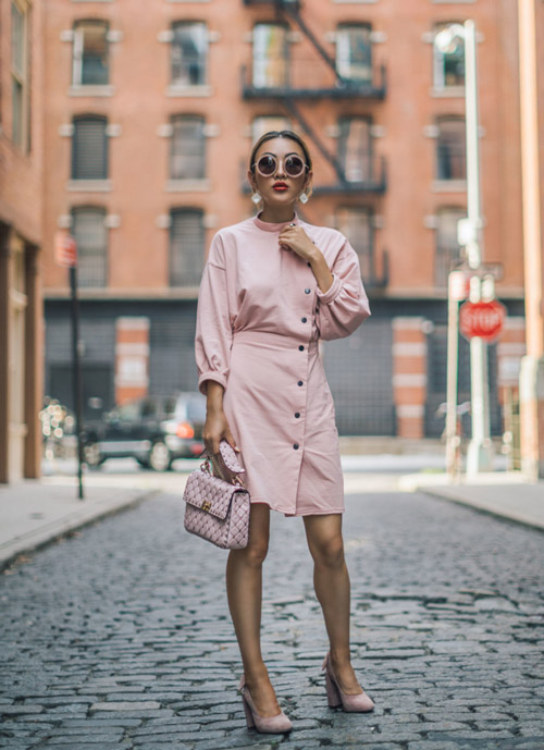 У девушки розовый тотал-лук.