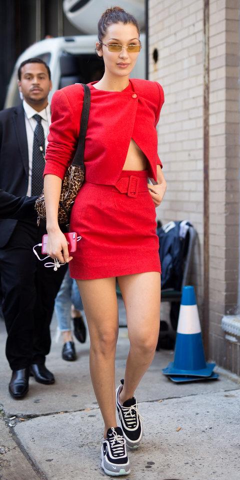 Белла Хадид в красном костюме с мини-юбкой, кроссовках и с леопардовой сумкой