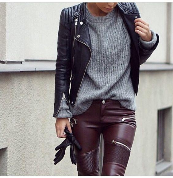 Черная кожаная куртка спортивного стиля и длинный пуловер