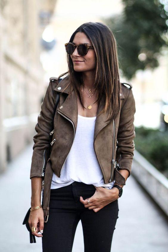 Девушка в белой футболке и коричневой кожаной куртке