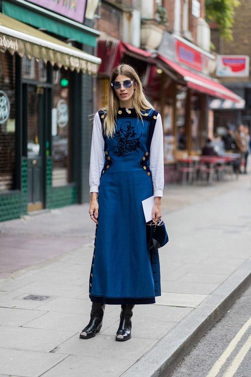 Девушка в белой рубашке и синем платье без рукавов, черные сапоги