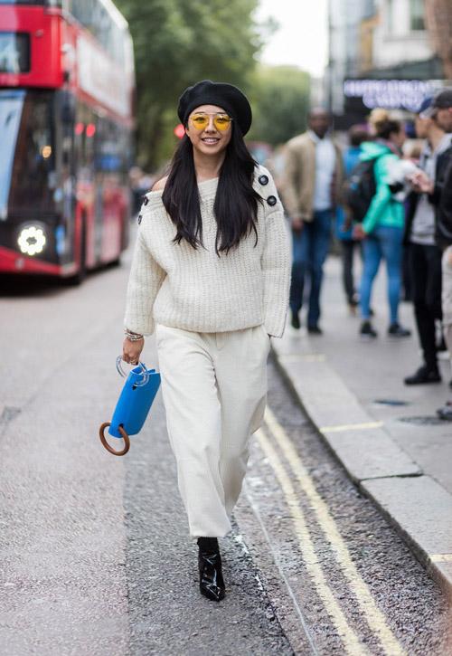 Девушка в белых капри, молочный свитер, лакированные ботильоны и берет