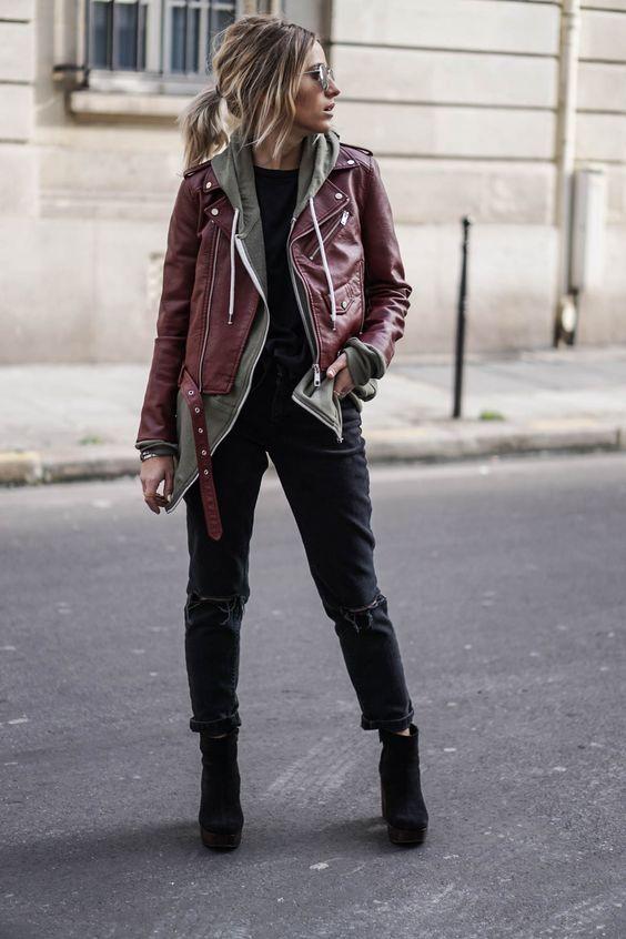 Девушка в бордовой кожаной куртке