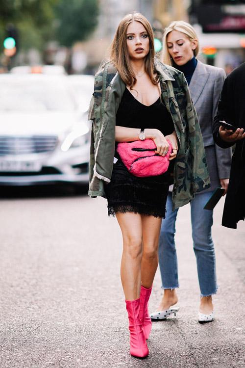 Девушка в черном мини платье, куртка хаки и розовые ботильоны
