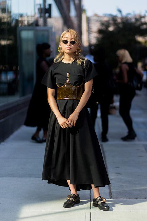 Девушка в черном платье и корсете