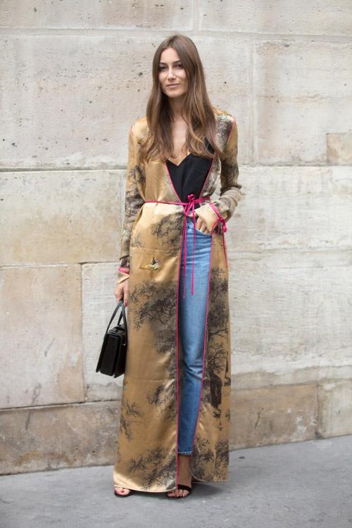 Девушка в джинсах черном топе и платье-халате
