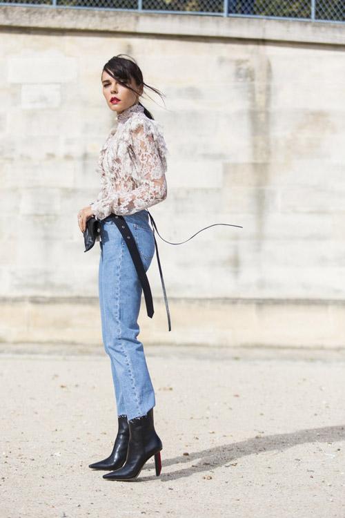 Девушка в джинсах, черных ботильонах и ажурном топе
