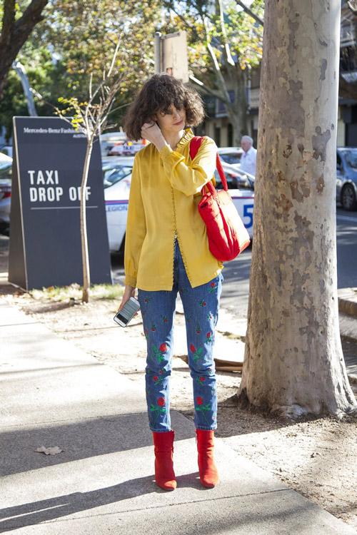 Девушка в джинсах с розами, красных ботильонах и желтой блузе