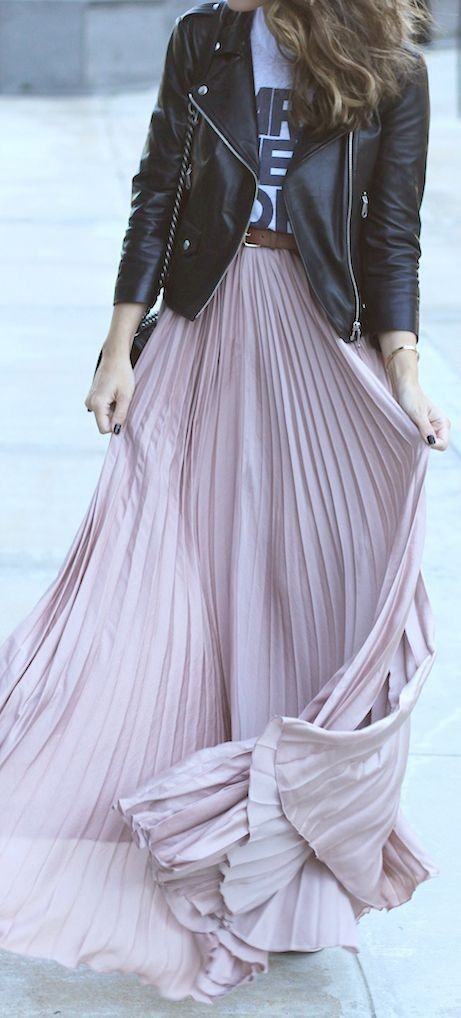Девушка в кожаной куртке и плиссированной длинной юбке