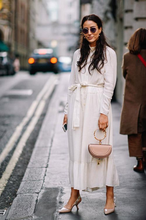 Девушка в легком платье макси с поясом на талии и туфли лодочки на низком каблуке