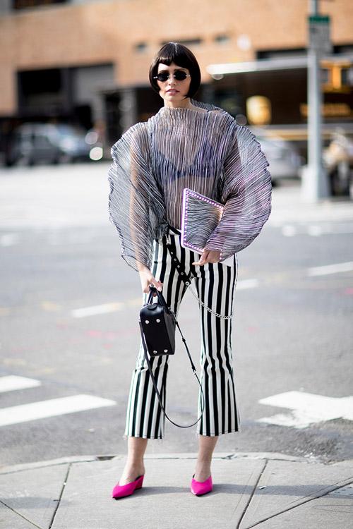 Девушка в полосатых брюках и объемной прозрачной блузке