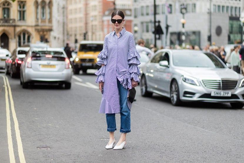 Девушка в повернутый джинсах и голубом платье-рубашка с рюшами