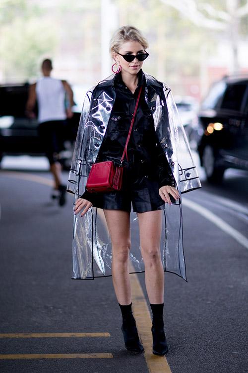 Девушка в прозрачном плаще и комбинезоне с шортами