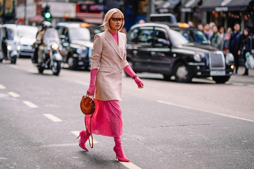 Девушка в розовом платье, кардиган бежевый и розовые сапоги с острым носом