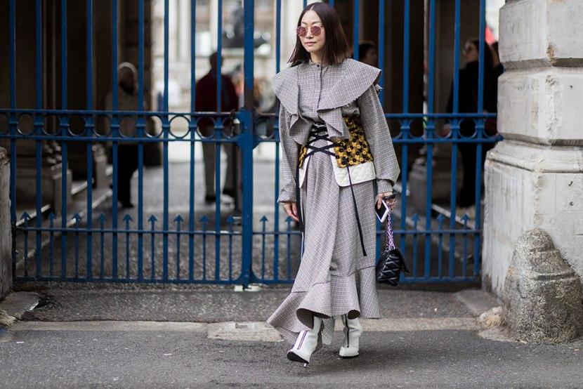 Девушка в сером платье в мелкую клетку с рюшами, корсет и белые ботильоны