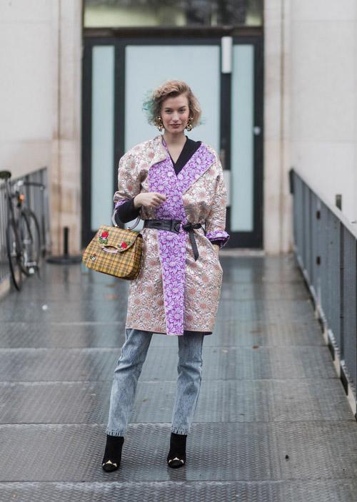 Девушка в серых джинсах, цветочном пальто и ботильонах
