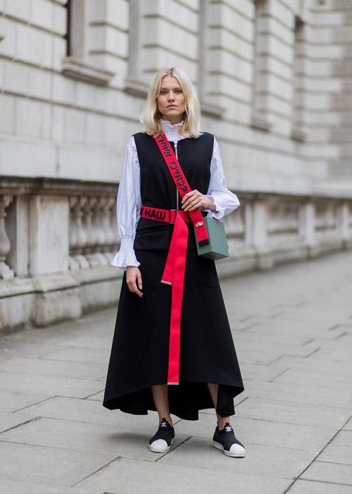 Девушка в светлой рубашке и черный сарафан с красным поясом, кеды