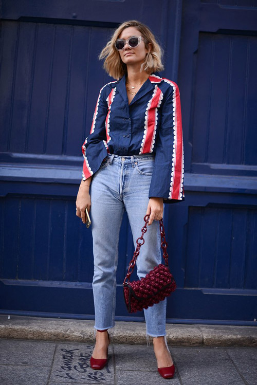Девушка в укороченных джинсах и блузе с широкими рукавами