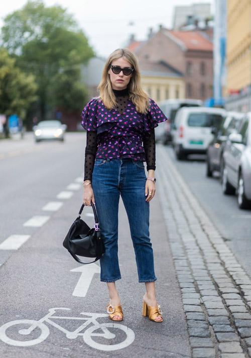 Девушка в укороченных джинсах и топе с оборками