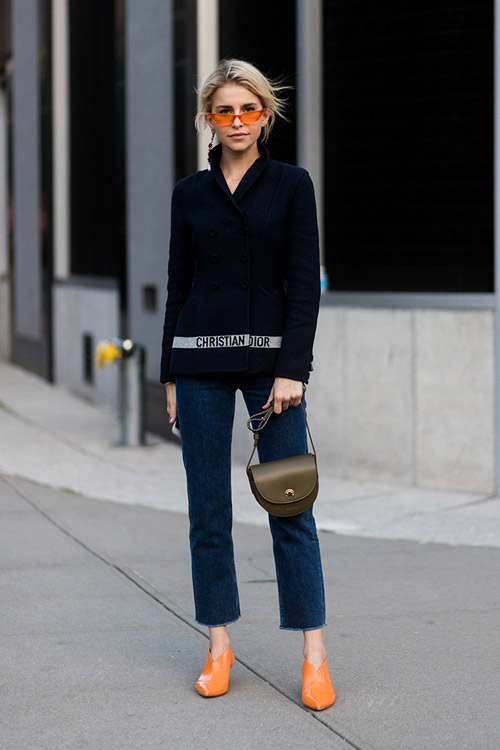 Девушка в жакете от диор и темно-синих джинсах