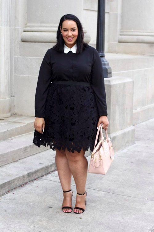Полная девушка блогер в ажурной черной юбке, блузке с белым воротничком и босоножках