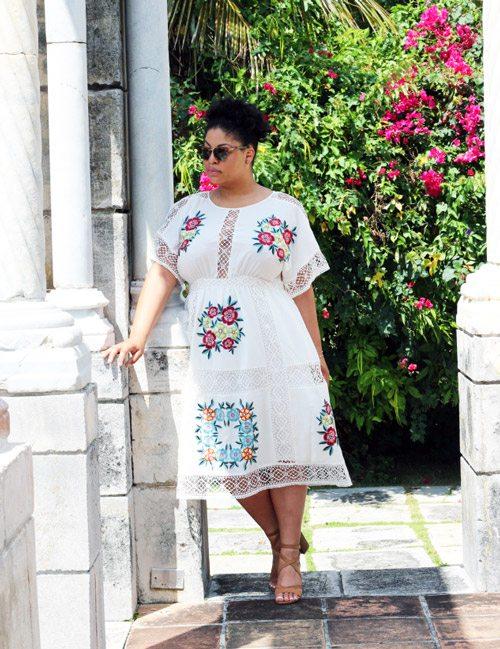 Полная девушка блогер в белом цветочном летнем платье и босоножках
