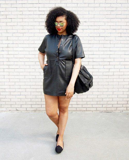 Полная девушка блогер в черном кожаном мини платье