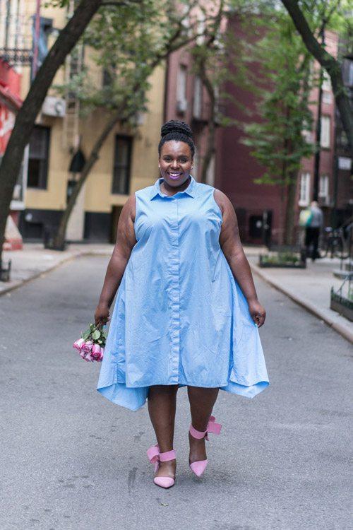 Полная девушка блогер в нежно голубом платье рубашке и розовых туфлях