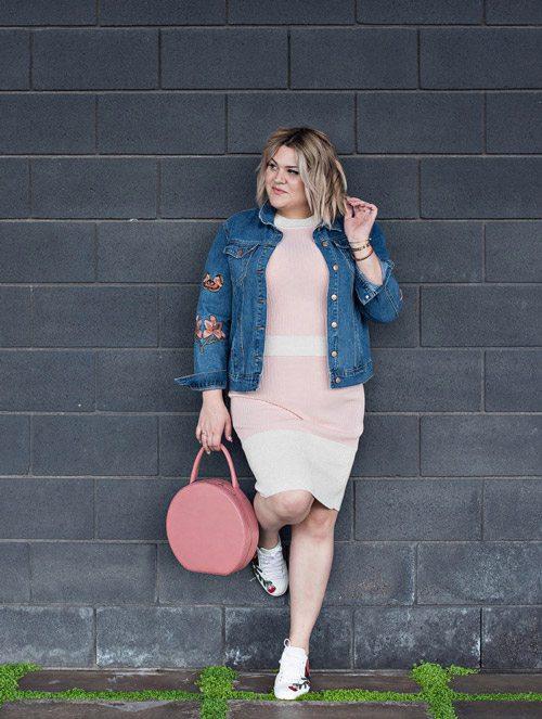 Полная девушка блогер в обтягивающем платье, джинсовке и кроссовках
